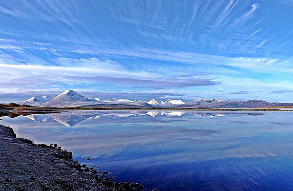 things to do on the Isle of Skye - Ashaig beach and snowy moutains in winter